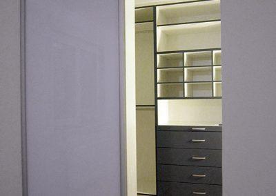 Begehbarer Schrankraum mit Gleittüren geschaffen bei Kunden in Rimsting