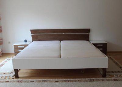 Doppelbett in Weiß Lack mit europäischen Nußbaum