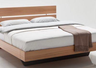 Schwebende Betten in Echtholz, Lack oder Dekor. Mod. WU Siegsdorf